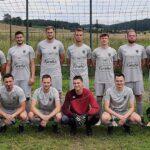Versicherungsbüro Forster spendiert neue Trikots für die 1. Fußballmannschaft