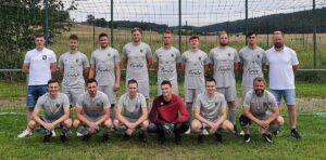 Read more about the article Versicherungsbüro Forster spendiert neue Trikots für die 1. Fußballmannschaft