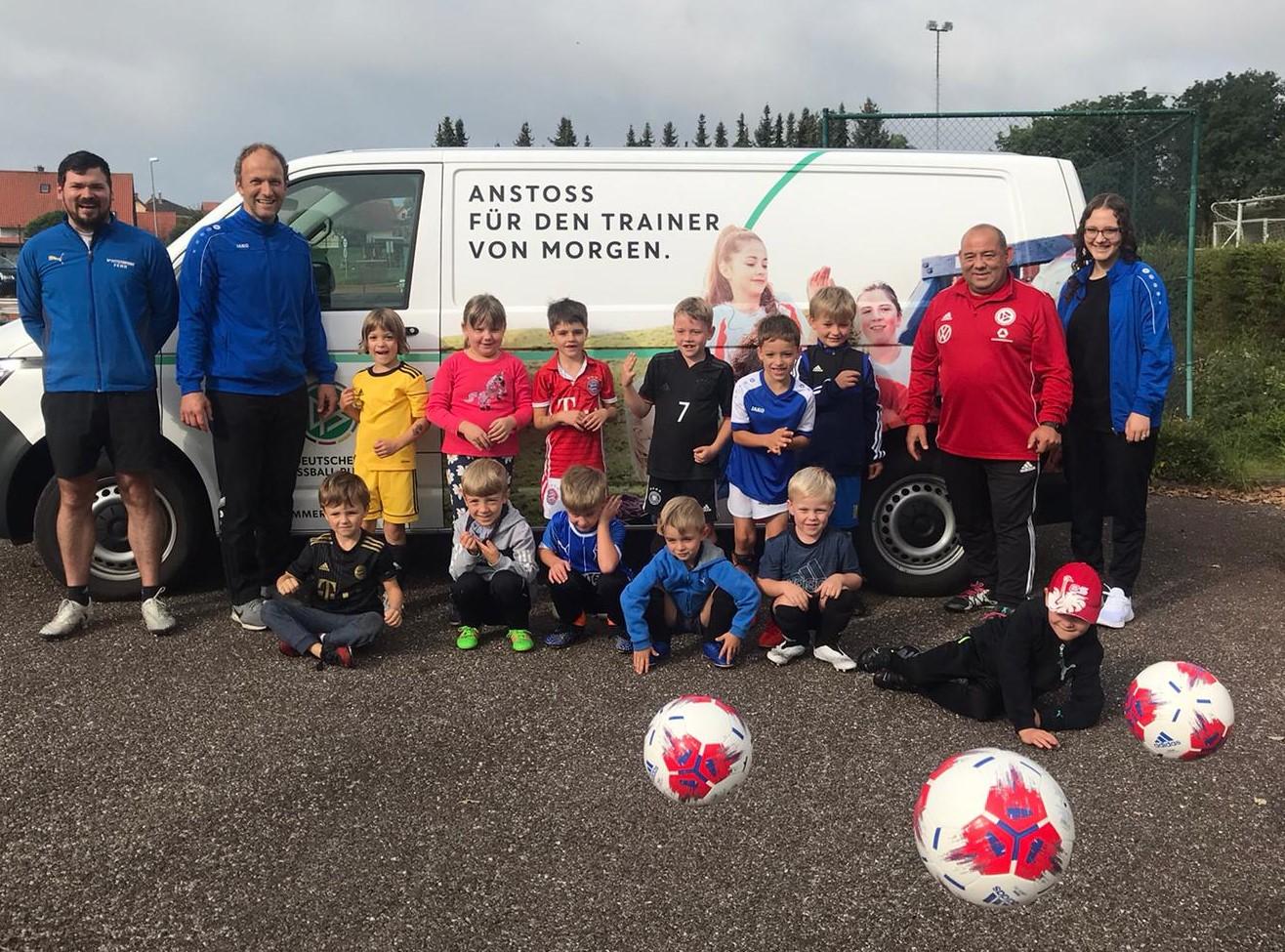 Read more about the article DFB-Mobil begeistert die kleinen Kicker des TSV Pressath